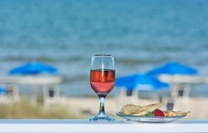 Vinařské jaro a léto patří růžovému a sektům. Klidně i k hovězímu hamburgeru