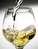 Jeho víno zraje v nádobě zakopané v zemi. Citlivý čich someliér využil k výrobě vinných parfémů
