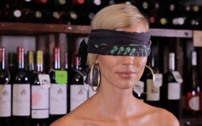 Slepá degustace – červené víno lze poznat i hmatem!