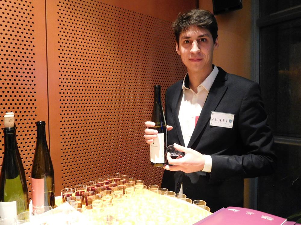 Albert hrdě připravuje degustaci svých vín v rámci prezentace projektu Proč by ne? v sídle Evropského parlamentu v Bruselu. Foto: Jan Bohdal, Vino.tk