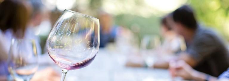 Má první zkušenost s českým vínem byla divná, říká světový znalec vín Hugh Johnson