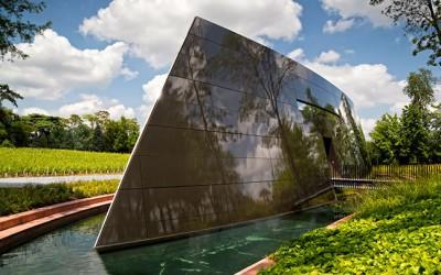 Designer a architekt Philippe Starck postavil vinný sklep pro vinařství v Bordeaux