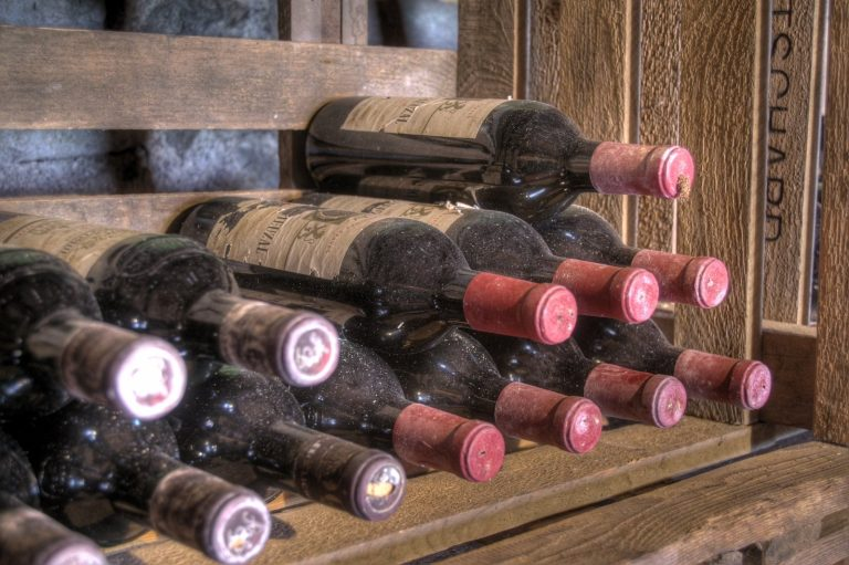 Do dražby putují patrně nejstarší lahve vína v oběhu